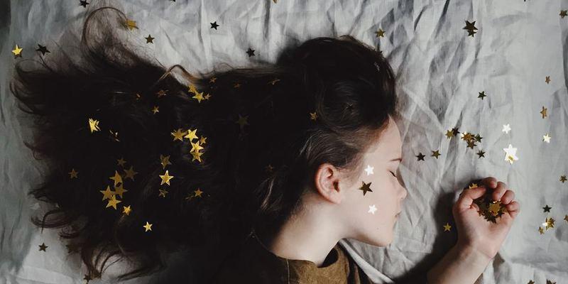 寝癖のついた髪