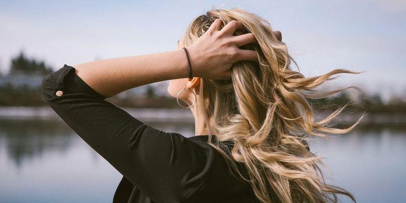 風になびくキレイな髪