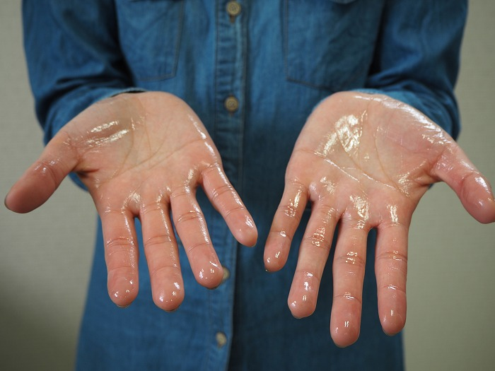 ポリ種オイルを手のひらにまんべんなくつける