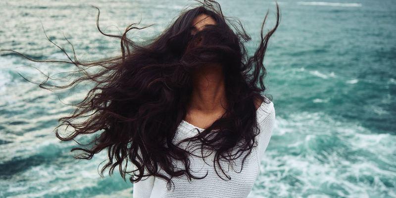 髪がなびく女性