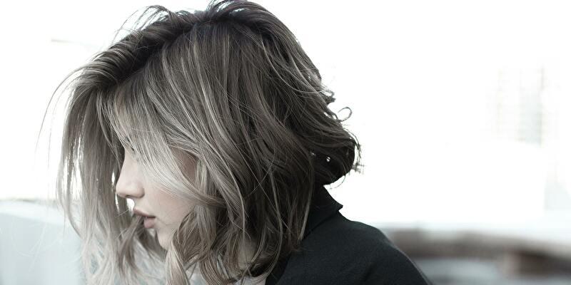 髪と横顔の女性
